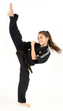 Ein Mädchen mit einem hohen Kick