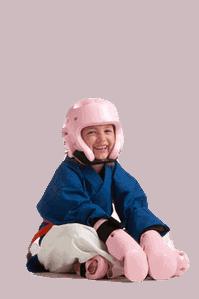Ein Mädchen sitzt in ihrer vollen Ausrüstung