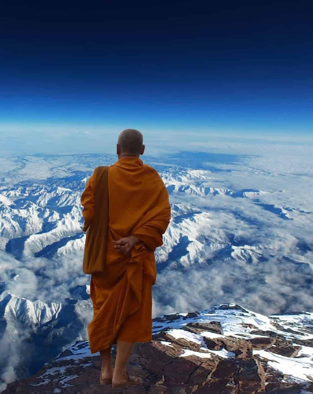 Ein Mönch auf einem Berg