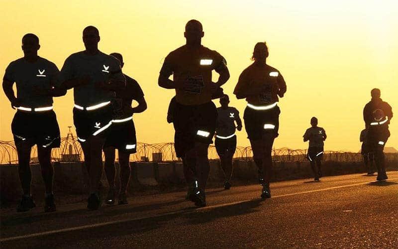 Läufer mit angestrahlten Reflektoren
