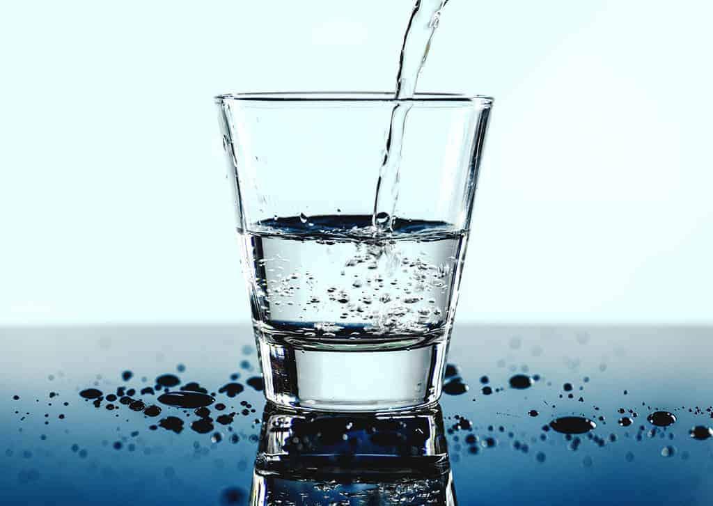 Wasserglas das gefüllt wird